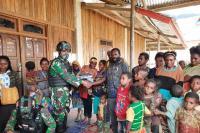 Prajurit TNI Bagi-Bagi Pakaian Layak untuk Warga Paniai Papua