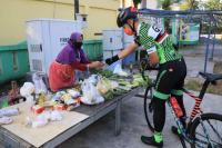Sepedaan, Ganjar Borong Dagangan Pedagang Sayur dan Pisang Keliling
