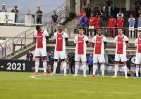 Beri Penghormatan untuk Noah Gesser, Ajax Amsterdam Kenakan Pita Hitam di Laga Uji Coba
