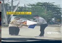 Pemuda Bantu Lansia Kasih Paket Sembako, Warganet Salfok ke Pemberi