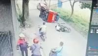 Detik-Detik Angkot Terguling Usai Hindari Pemotor Jatuh di Jalan