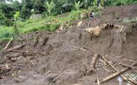 Hujan Deras Sebabkan Tembok Penahan Tebing Ambruk