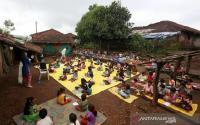 Sekolah Ditutup Akibat Covid-19, Guru Terpaksa Mengajar di Jalan