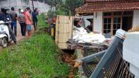 As Roda Patah, Truk Kelebihan Muatan Tabrak Rumah Warga di Sukabumi