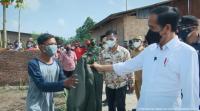 Saat Jokowi Hadiahi Jaket Bomber Kesayangannya ke Warga Penerima Vaksin
