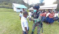 Cegah Covid-19, Satgas TNI Sosialisasi dan Bagikan Masker ke Siswa di Jayawijaya