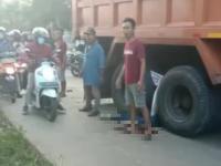 Gagal Nyalip, Penumpang Motor di Kabupaten Bogor Tewas Terlindas Dump Truk