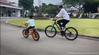 Sepedaan Bareng Jan Ethes, Jokowi : Rasanya Baru Kemarin Saya Timang-Timang