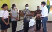 Gerkindo Bagikan Ratusan Alkitab ke Gereja di NTT