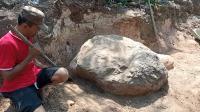 Batu 1 Meter Ini Tak Bisa Dipindah Meski dengan Eskavator, Ada Cerita di Baliknya