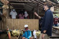 Ke Desa Ranupane, Sandiaga Uno Nginap hingga Ganti Karpet Masjid