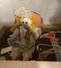 Renovasi Rumah, Pria Ini Temukan Boneka Aneh dengan Pesan Menyeramkan di Dalam Dinding