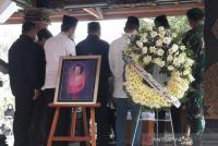 Mertua SBY Dikebumikan di Samping Makam Suaminya