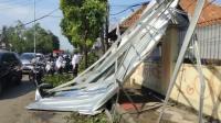 Baja Ringan Roboh Tutupi Separuh Jalan, Citayam-Jakarta Macet 10 Km
