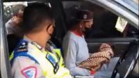 Polisi Bantu Mobil Mogok Saat Antar Mayat Bayi di Pelabuhan Ratu