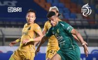 Skor Kacamata Hiasi Babak Pertama Persebaya Surabaya vs Bhayangkara FC