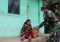 Hidup Sebatang Kara, Nenek Asih Menangis saat Diberi Sembako oleh Jenderal Bintang Dua