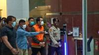 Usai Diperiksa 4 Jam, Azis Syamsuddin Diborgol dan Pakai Rompi Oranye