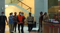 Foto-Foto Penampakan Azis Syamsuddin Berompi Oranye dan Tangan Diborgol