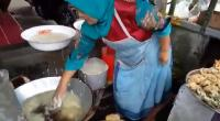 Viral! Emak-emak Kebal Minyak Panas, Goreng Bakwan Pakai Tangan