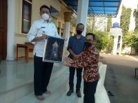 Sempat Viral, Gubernur Banten Serahkan Hadiah Sayembara Desain Tugu Pamulang