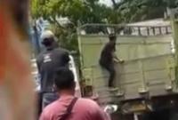Viral Aksi Bajing Loncat Curi Barang Muatan Truk di Kawasan Industri Medan