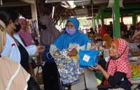 HUT Ke-7 Perindo, Kader Bagikan Baksos ke Pedagang di Pasar Kliwon