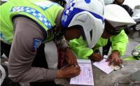 Stiker Hologram Kendaraan Kemendagri Permudah Polisi Tilang Penunggak Pajak