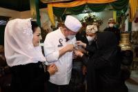 Ikuti Tradisi Panjang Jimat, LaNyalla Disematkan Pin Kasultanan Kanoman Cirebon