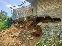 Tebing Ambruk, 5 Rumah Terancam Tergerus Longsor Susulan