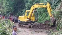 Material Longsor Dibersihkan, Jalur Penghubung Antar Kecamatan di Pekalongan Kini Bisa Dilintasi