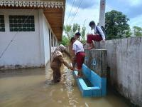 Ujian Siswa SD di Pekanbaru Berlangsung di Tengah Banjir