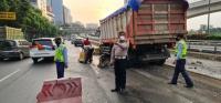 Truk Muatan Tanah Tabrak Separator Busway di Cawang