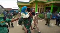 Heroik! Prajurit TNI di Bogor Gendong Nenek-Nenek ke Lokasi Vaksinasi