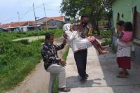 Polisi Gendong Lansia ke Lokasi Vaksinasi, Kapolres Cirebon: Ini Menyentuh Hati