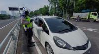 Berdalih Tak Tahu Ganjil Genap, Belasan Pengendara Ditilang di Jalan S Parman
