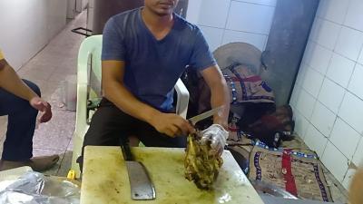 Makan Kepala Kambing di Madinah, Jangan Dimakan Bulet-Bulet!