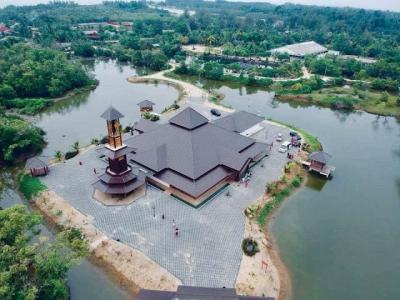 Yuk Berkunjung ke Masjid Ini, Kamu Bisa Kasih Makan Ikan Lho