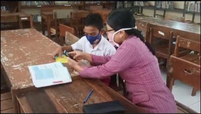 Sempat Menangis, Siswa Ini ke Sekolah Sendiri karena Tak Punya Handphone