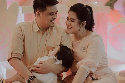 Gemasnya Cucu Presiden Jokowi Sedah Mirah Tidur di Pangkuan Ayah