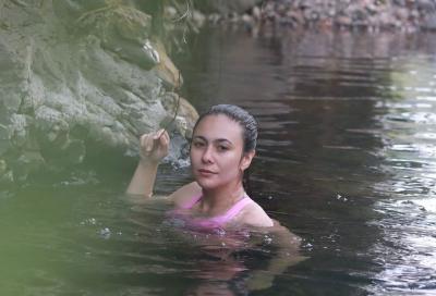 Duh, Cantiknya Wulan Guritno Berendam Manja di Sungai
