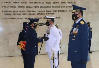 Panglima TNI Sematkan Bintang Kehormatan kepada KSAL dan KSAU