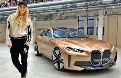 Posting Foto Bareng Supercar, Wanita Cantik Ini Hasilkan Rp7,3 Triliun