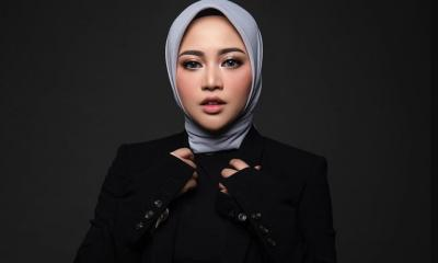 Intip Gaya Hijab Edgy Chic ala Rachel Vennya
