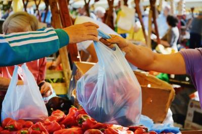 Penggunaan Kantong Plastik Masih Marak di Pasar Tradisional Jakarta Barat