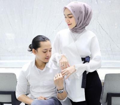 5 Gaya <i>Chic Casual</i> ala Hijaber Melody Prima bersama Suami