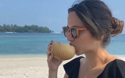 Seruput Manja Kelapa Muda di Pantai, Pose Nia Ramadhani Aduhai Sayang