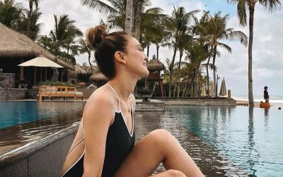 Liburan ke Bali, Luna Maya Pamer Punggung Mulus di Pantai