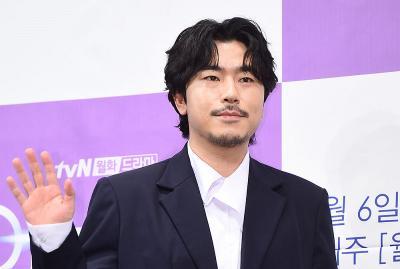Aktor Lee Si Eon Sempat Komentari Upaya Bunuh Diri Kwon Mina