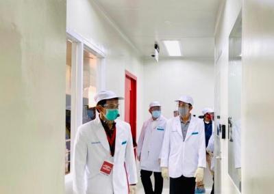 Jokowi Lihat Penyuntikan Vaksin Covid-19, Ridwan Kamil Relawannya